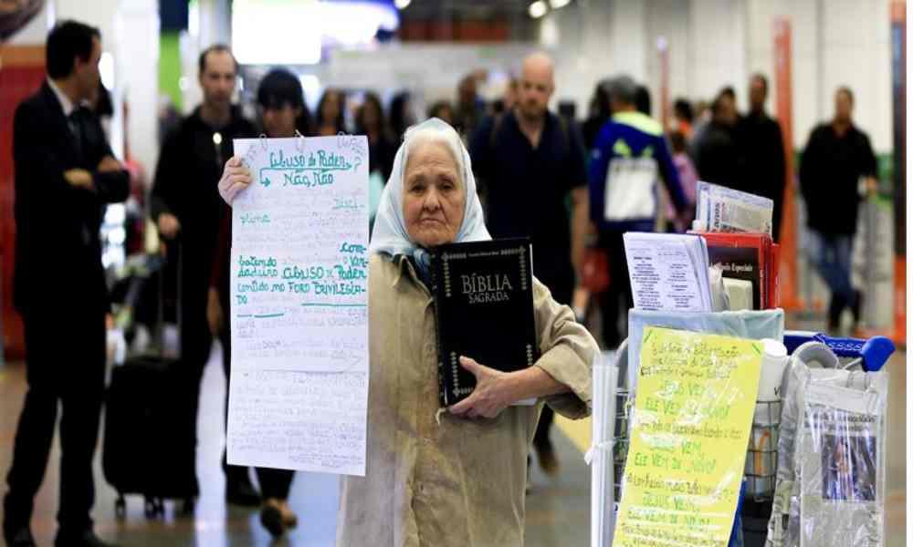 Anciana de 83 años pasa su vida en un aeropuerto predicando el evangelio
