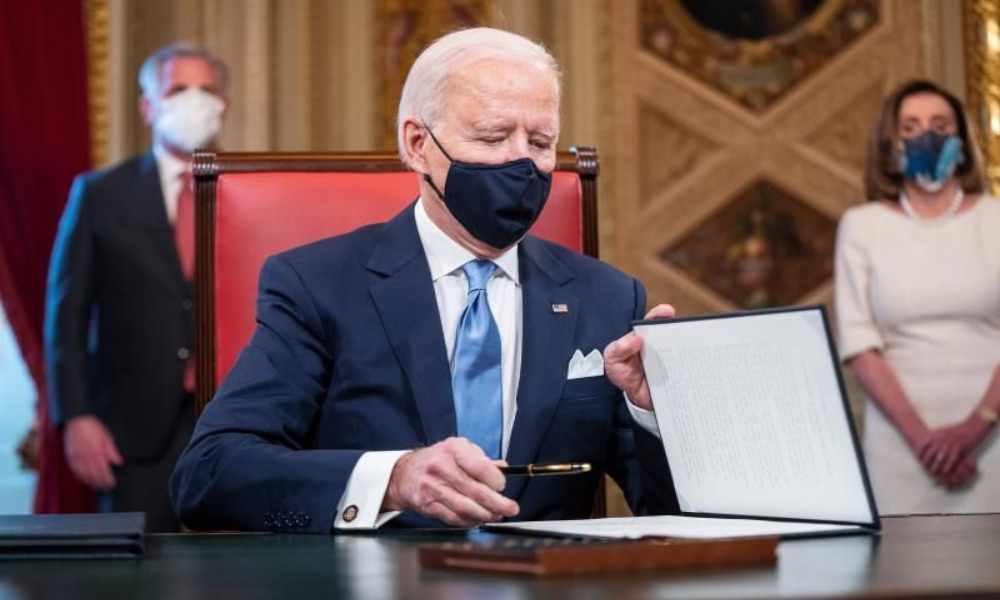 Biden firma orden ejecutiva que revierte la definición de género