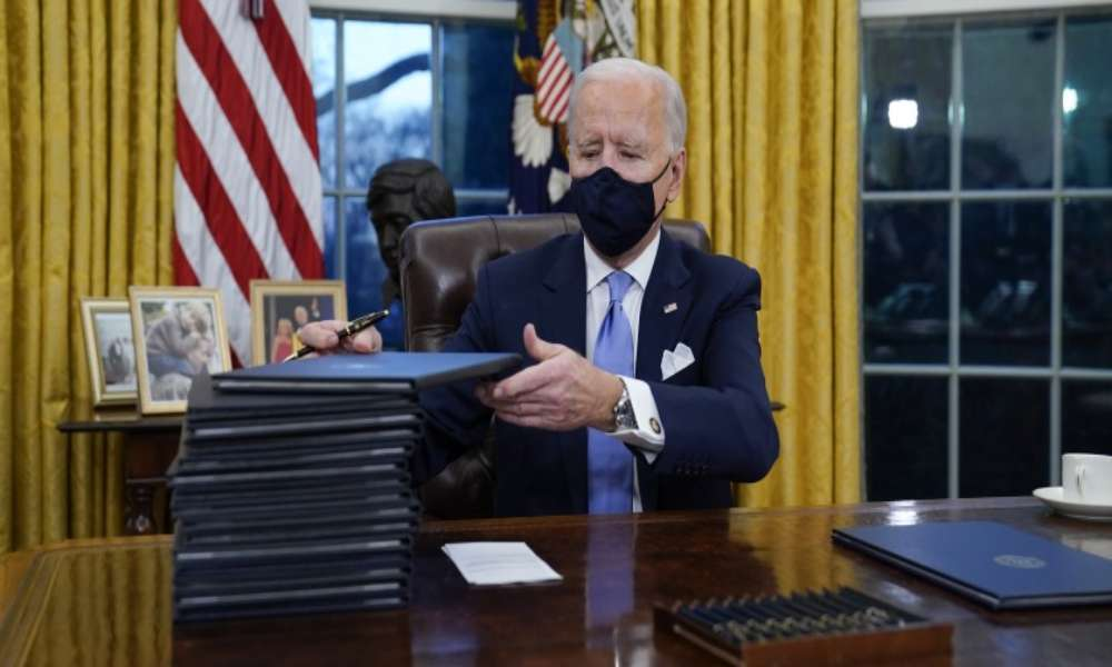 Biden revocará política antiaborto aprobada por Trump, dice médico de Casa Blanca