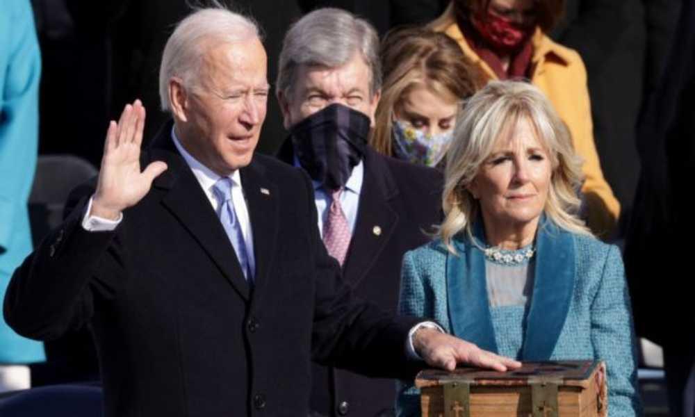 Biden se juramentó con una Biblia que lo ha acompañado por 50 años