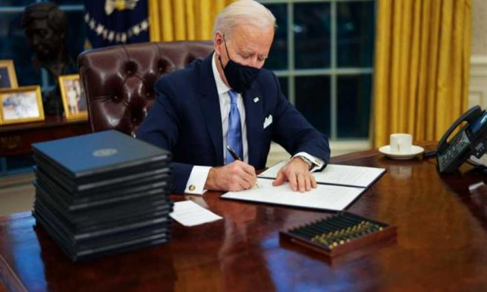 Joe Biden firma medida para eliminar obstáculos al aborto