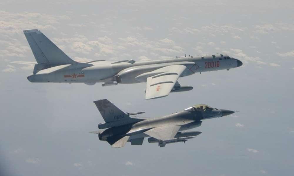 China mueve aviones de combate cerca de Taiwán, desafiando a Biden