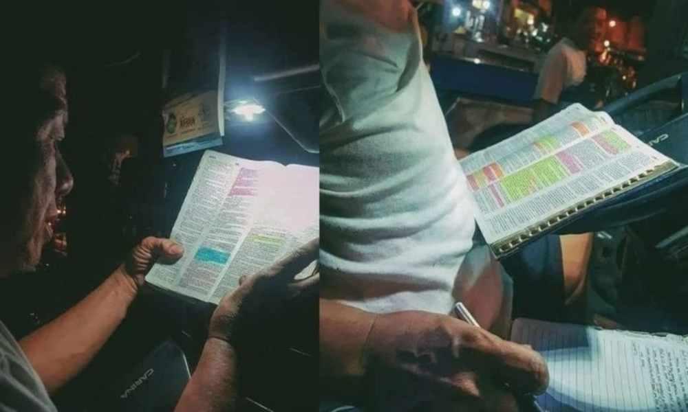 Conductor de bus aprovecha las paradas para estudiar la Biblia