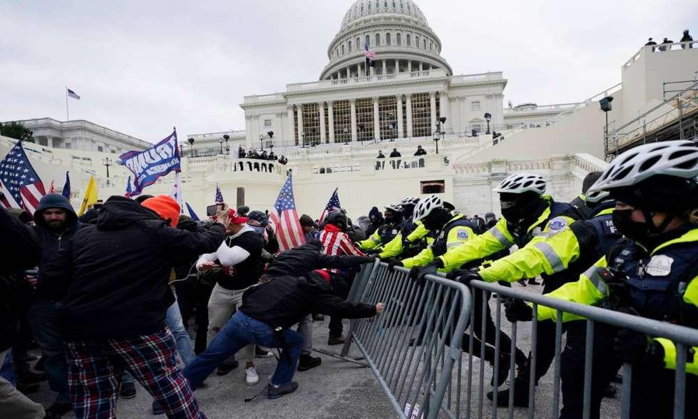 Congreso de EEUU golpeado por violencia al tratar de certificar voto del Colegio Electoral