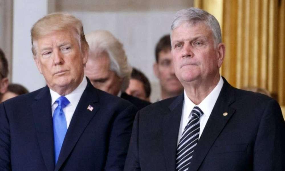 Demócratas presionan para destituir a Franklin Graham por apoyar a Trump