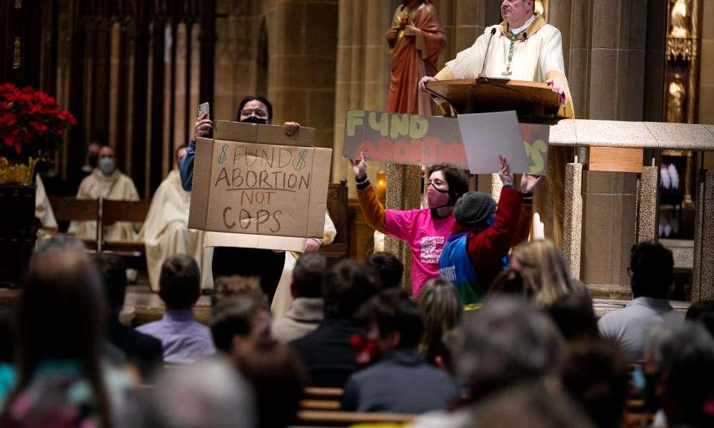 Grupo proaborto invade iglesia e insulta a los fieles