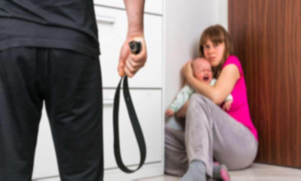 Hombre amenaza a mujer de cortarles las piernas si sigue yendo a la iglesia