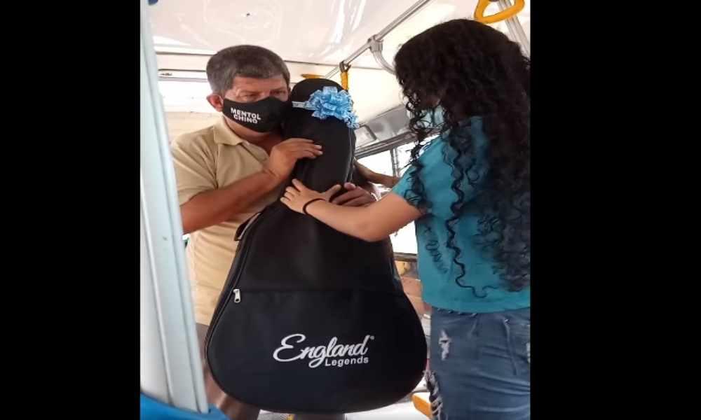 Hombre que se gana la vida cantando en buses, recibe de Dios un regalo que no se esperaba