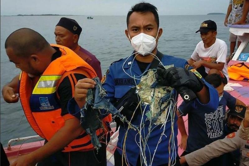Indonesia: Autoridades buscan restos de avión desaparecido