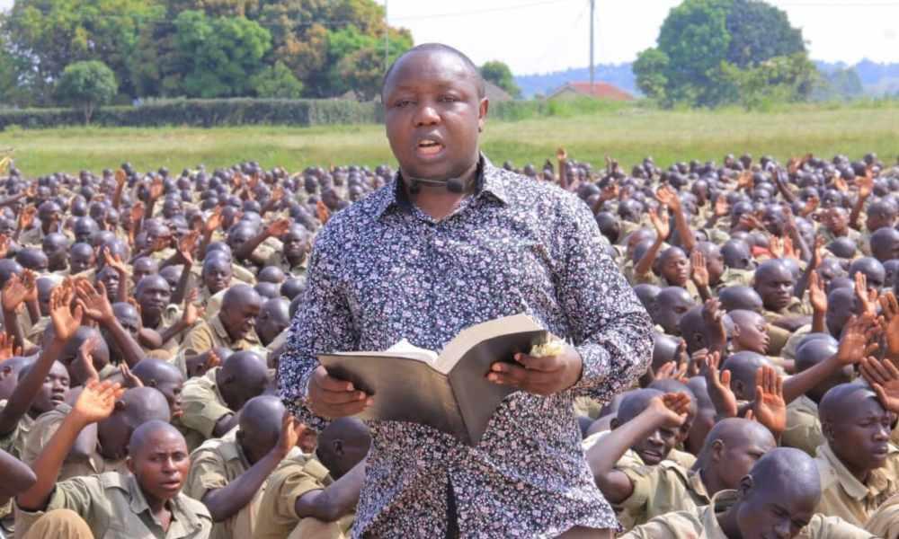 Pastor dirige oración a policías y miles se entregan a Cristo