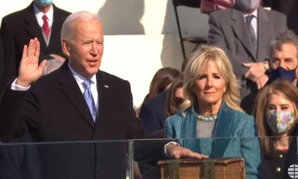 """Presidente de EEUU Joe Biden jura ante la Biblia """"preservar, proteger y defender la Constitución"""""""
