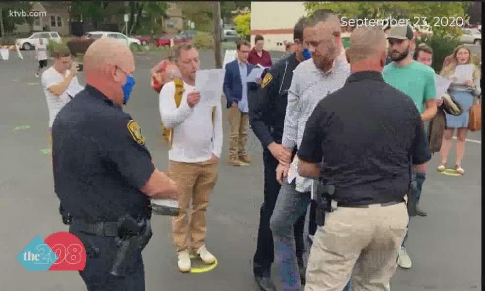 Retiran cargos contra diácono arrestado por cantarle a Dios al   aire libre