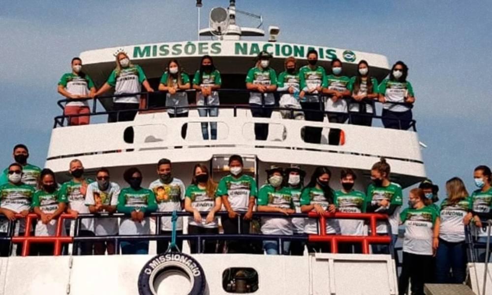 Barco lleva misioneros y medicinas a niños del Amazonas