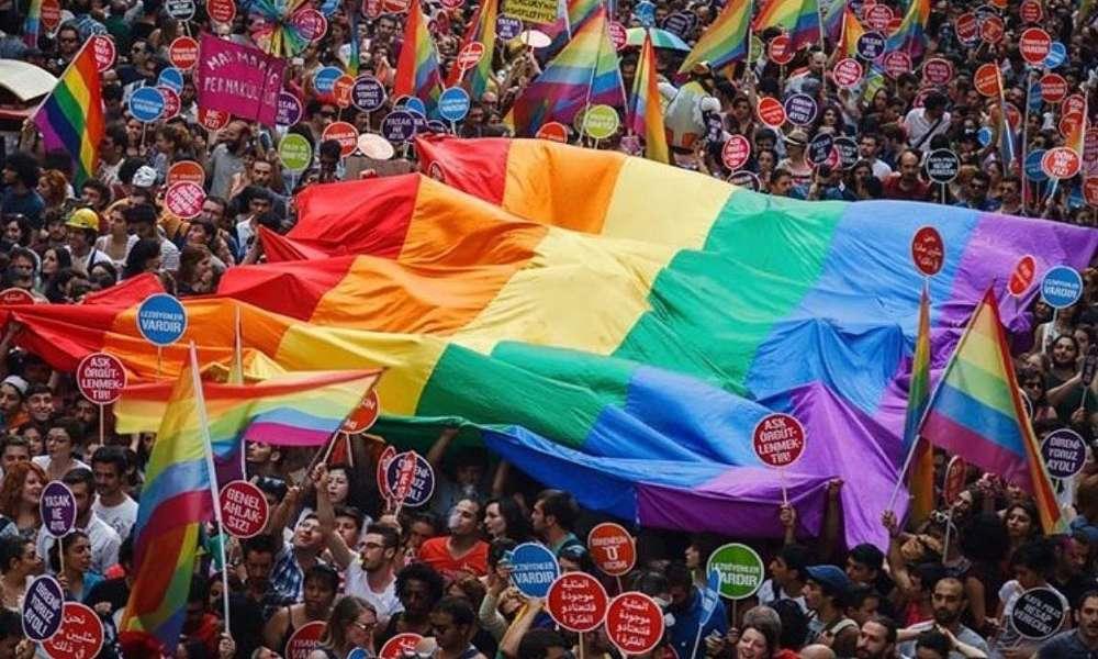 Clérigo de Irán:  personas vacunadas contra el Covid-19 se han 'convertido en homosexuales'