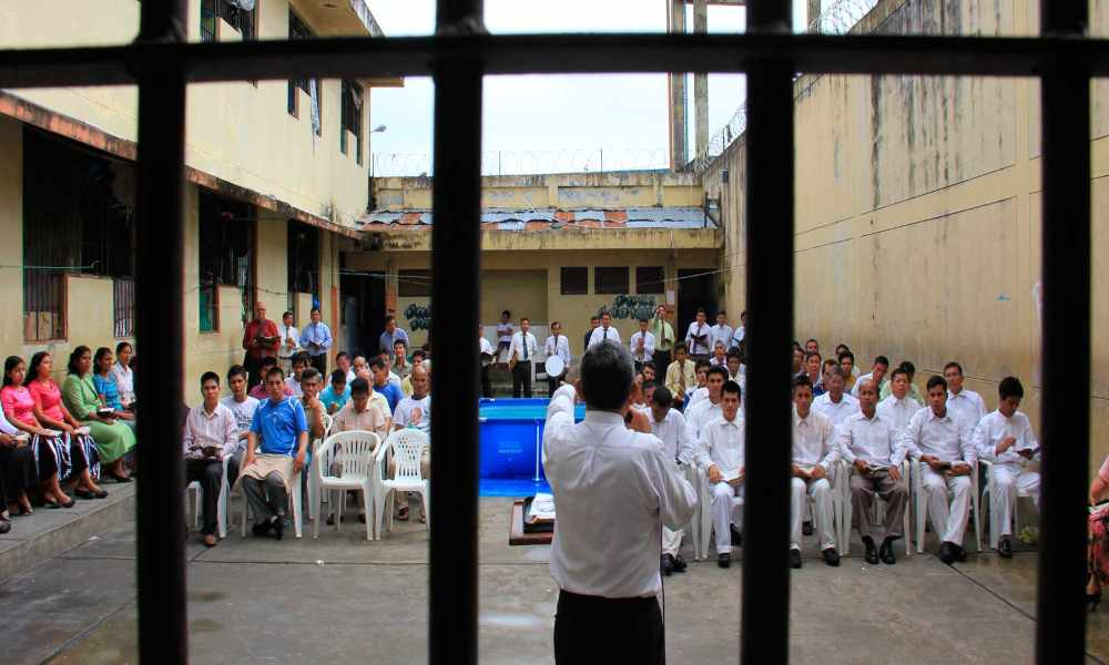 Hombre de 85 años dedica su vida a compartir el Evangelio en cárceles