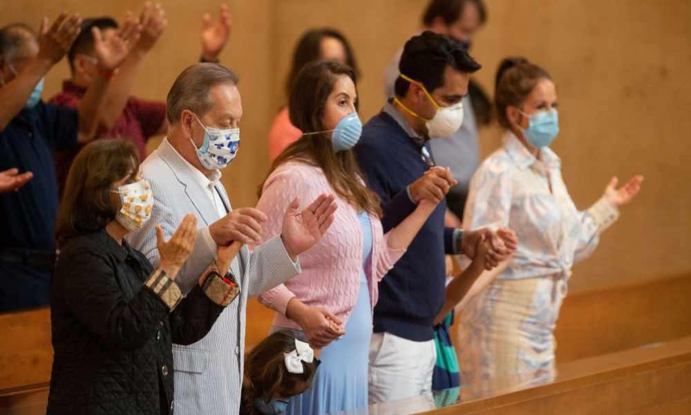 Iglesias en California pueden adorar en interiores pero sin cantar