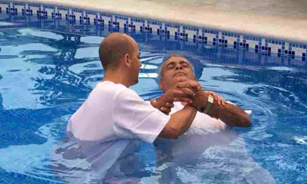 John Piper muestra cinco razones para bautizarse