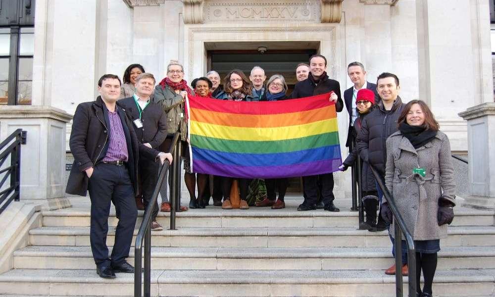 "LGBT presiona a Iglesia de Inglaterra para que reconozca ""matrimonio gay"""
