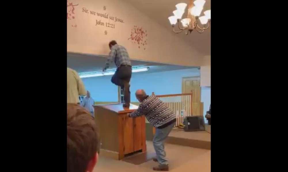 Pastor es llamado apóstata tras subirse al púlpito a bailar en pleno culto
