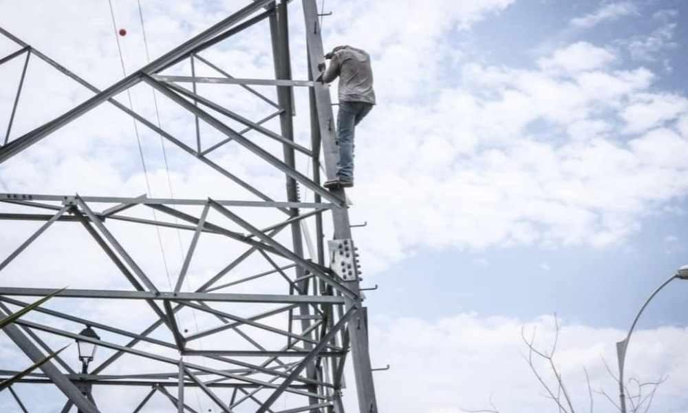 Pastor evita que hombre se lance de una torre de 70 metros