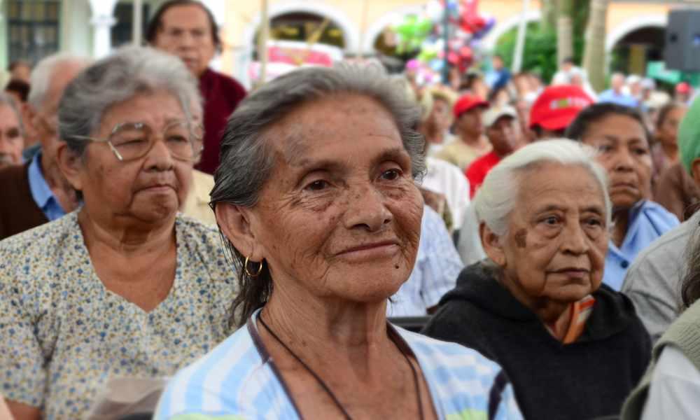 Pastor lleva el Evangelio a adultos mayores que están en aislamiento