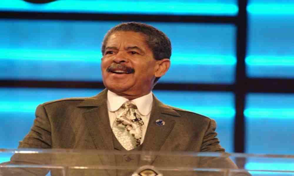 Piden oraciones por el televangelista Frederick Price, afectado por el covid-19