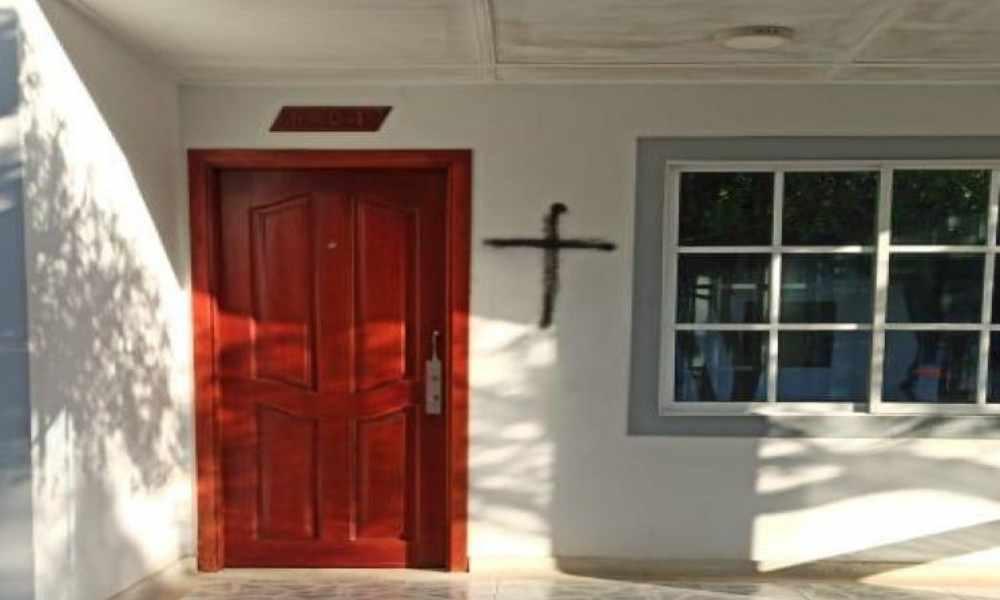 Pintan cruces negras en casas ubicadas en zona donde esperaron la venida de Cristo