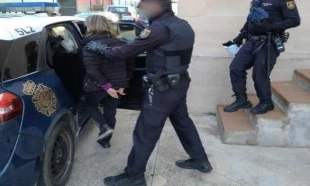 Policía amenazó con multar a mujer que oraba afuera de clínica abortiva