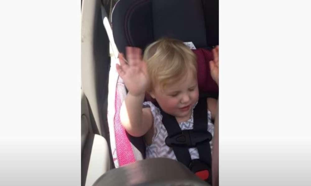 Viral: Bebé es filmado adorando a Dios en un carro