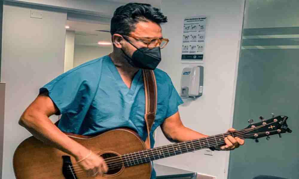 Alex Campos canta nuevamente alabanzas en una clínica de Colombia