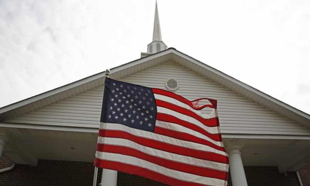 Activista cristiano insta a las iglesias retirar la bandera de EU de los altares