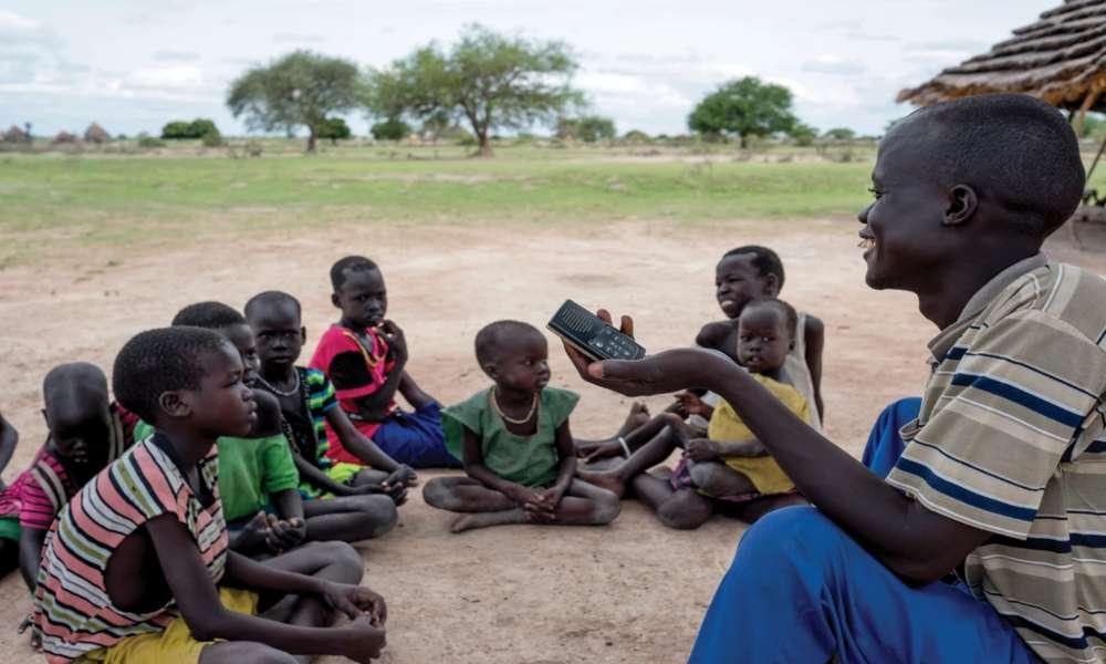 Analfabeto se convierte en evangelista tras escuchar Biblia en audio