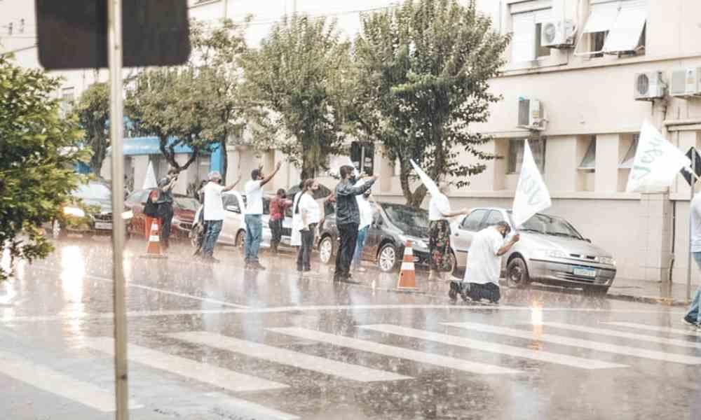 Bajo la lluvia, iglesias se humillan ante Dios para pedir sanidad por Brasil