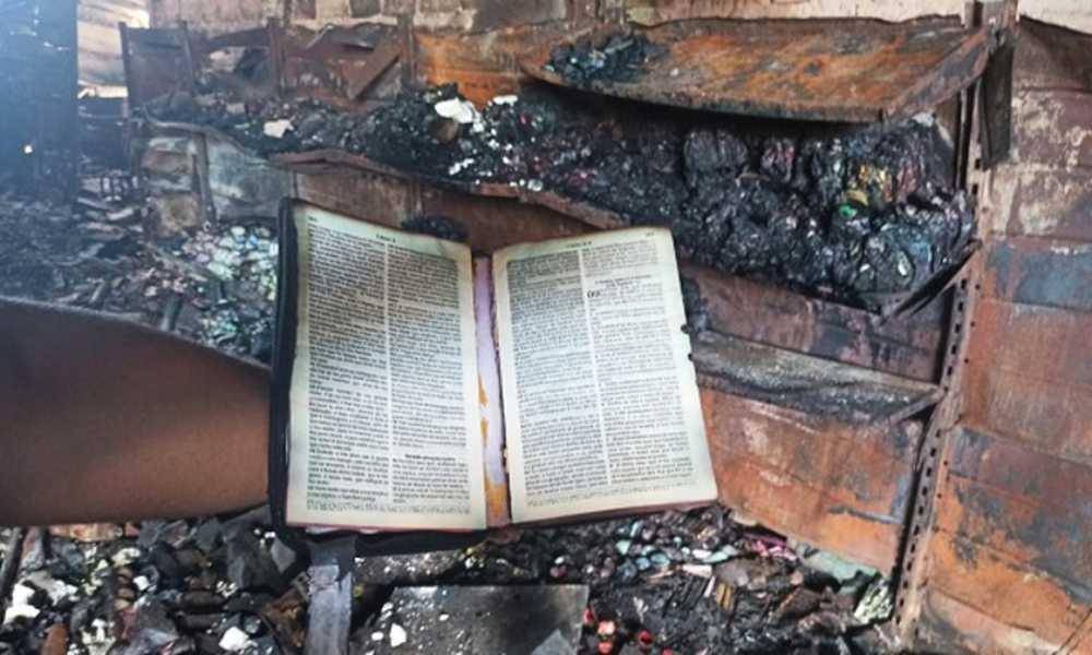 Brasil: incendio en un almacén acaba con todo menos con una Biblia