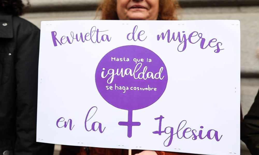Decenas de mujeres se concentran exigiendo igualdad en la Iglesia