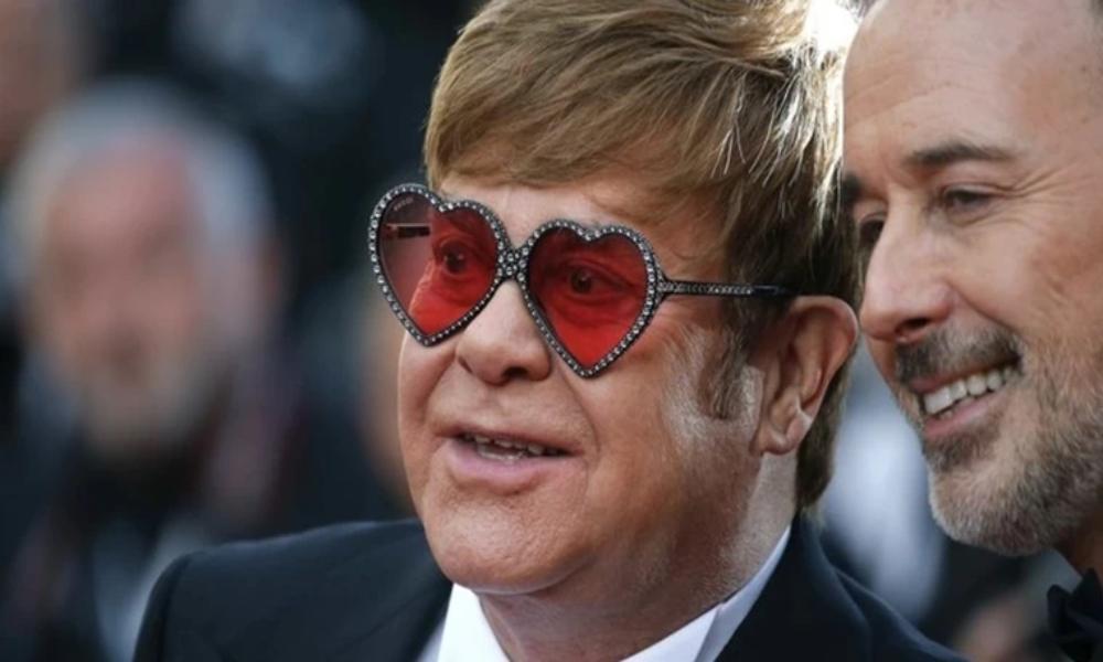 Elton John llama a la iglesia católica hipócrita por beneficiarse de su película gay