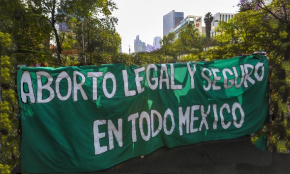 Feministas reemplazan bandera de México por la del aborto en el Congreso