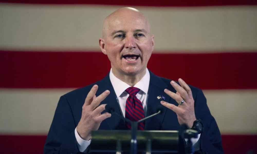 Gobernador de Nebraska insta a los padres a rechazar la ideología LGBT en las escuelas