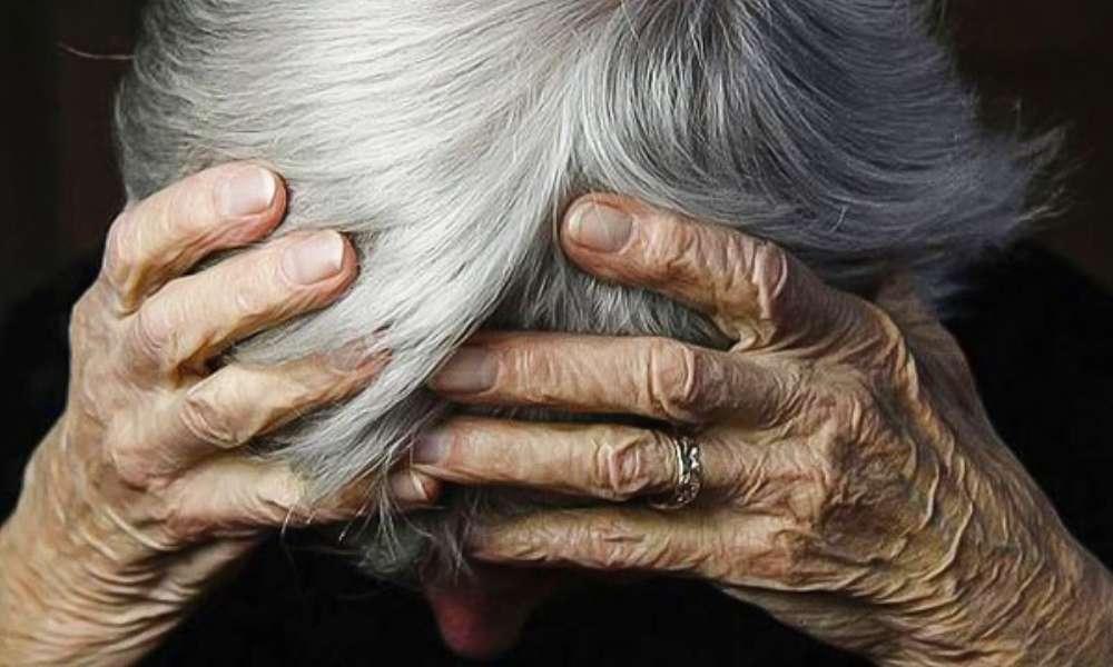 Hija golpea a su madre anciana por ir a la iglesia durante la pandemia