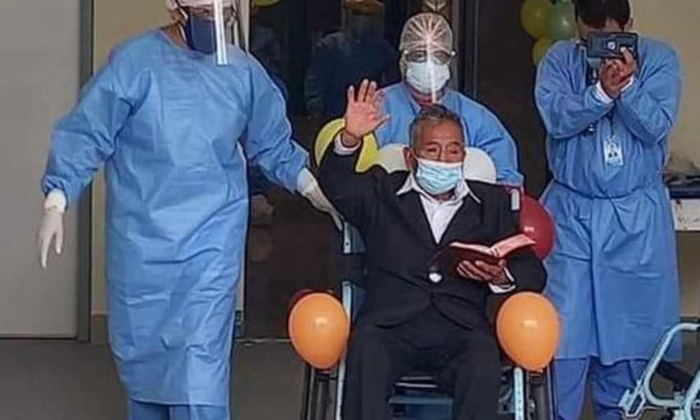 Hombre vence el Covid-19 y sale del hospital leyendo la Biblia