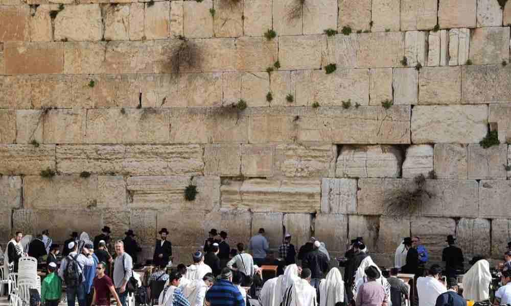 Israelíes se reúnen en Muro Occidental para recibir bendición sacerdotal