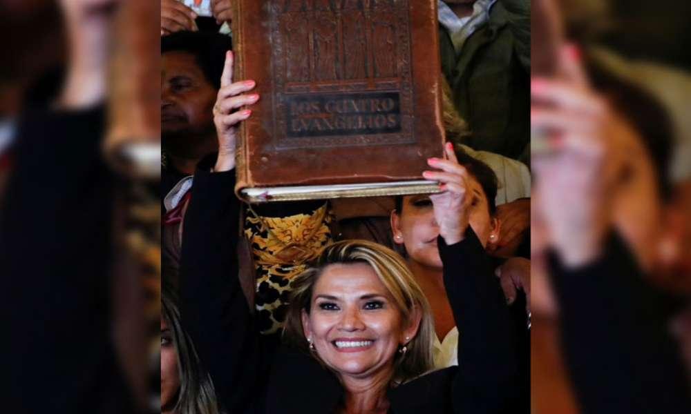 """Jeanine Áñez que juró con Biblia que recompondría Bolivia detenida por """"sedición y terrorismo"""""""