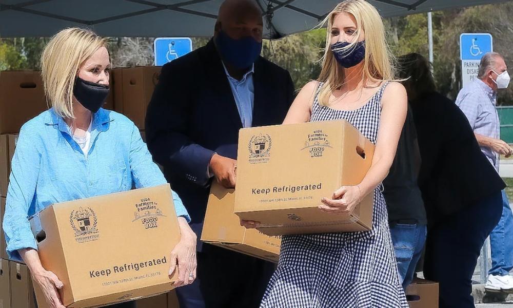 Ivanka Trump reaparece públicamente entregando alimentos a necesitados