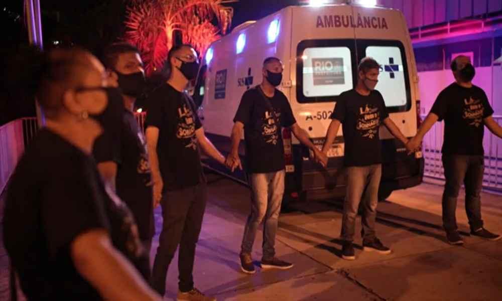 Pastor ora en los hospitales de Brasil por los pacientes de coronavirus
