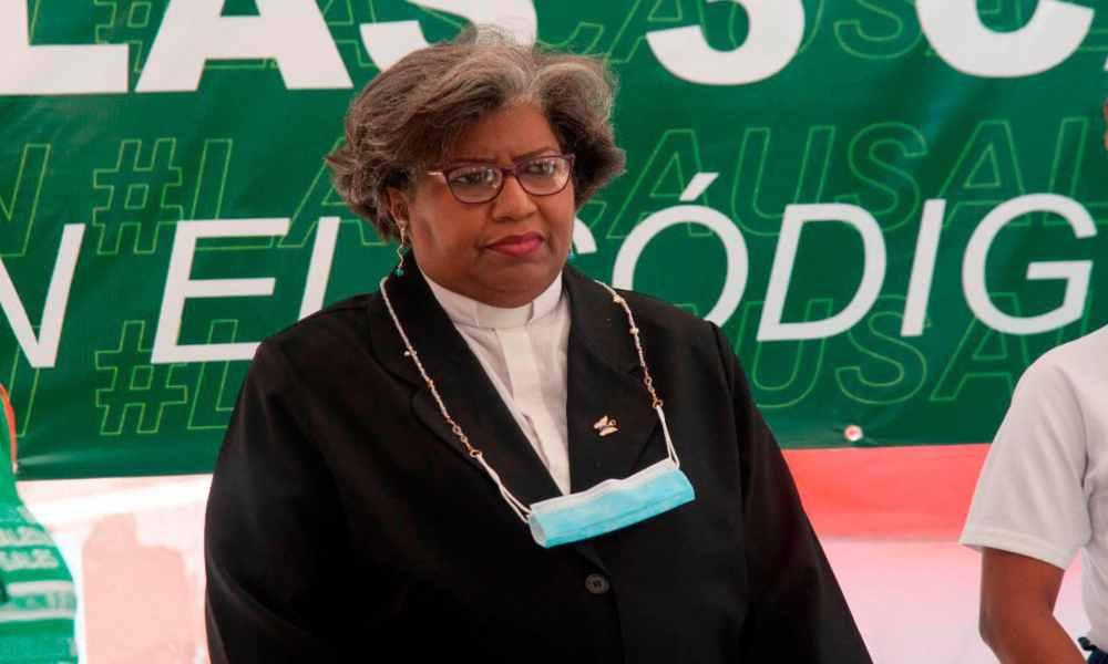 Suspenden a pastora de sus funciones por defender el aborto