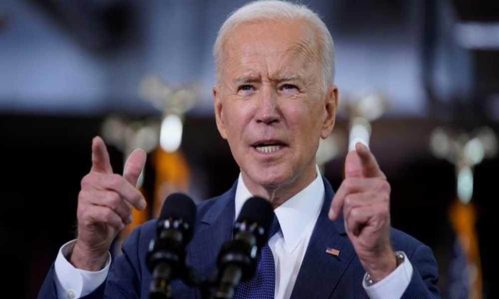"""Biden intenta obligar a médicos a realizar cirugías de """"cambio"""" de sexo"""