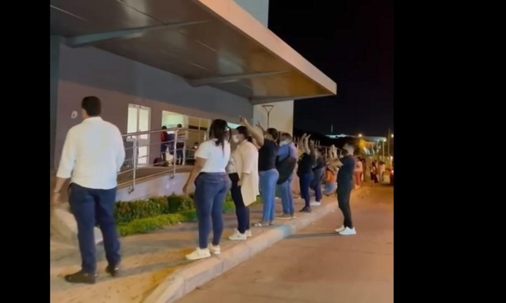 Colombia: decenas oran frente a clínica por familiares internados con Covid-19