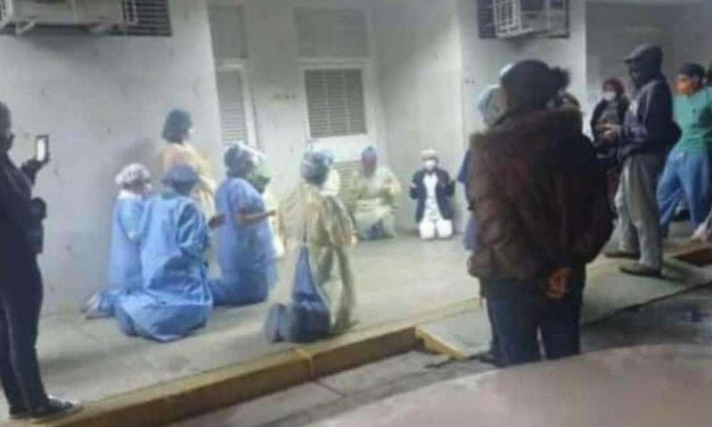 De rodillas: personal médico ora a Dios que sane a pacientes con Covid-19