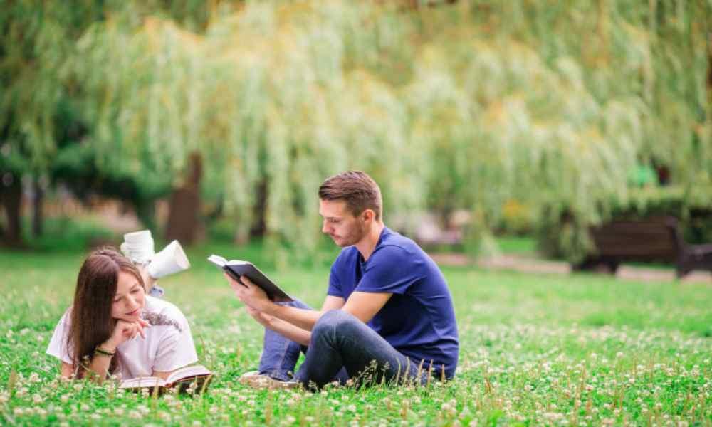 Encuesta: durante la pandemia los jóvenes son los que más han orado y leído la Biblia