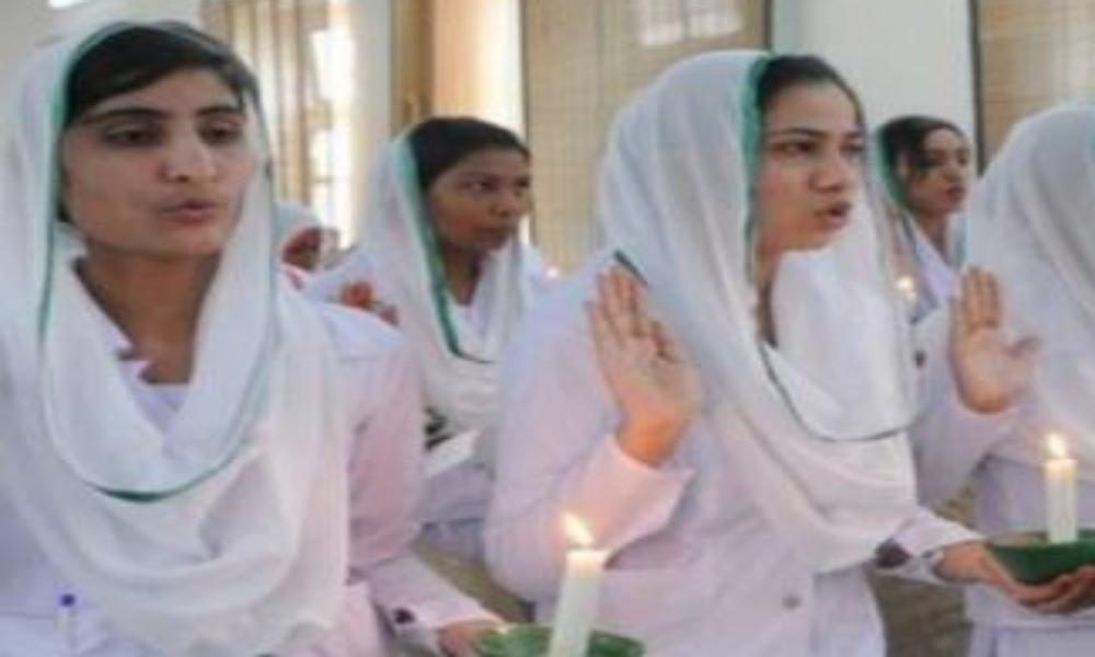 Envían a la cárcel a enfermeras cristianas por quitar calcomanía con versículo del Corán